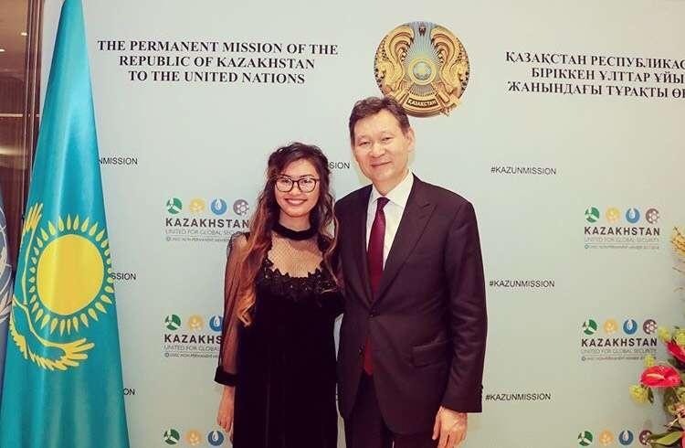 Ақнұр Қазақстанның БҰҰ-дағы тұрақты өкілі Қайрат Омаровпен бірге