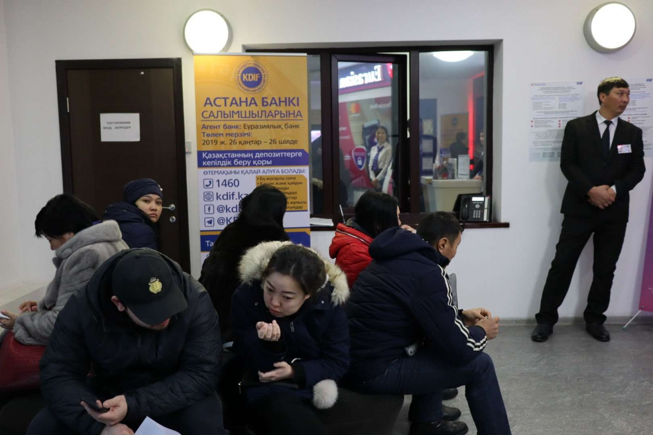 В крупных городах открыты центры для выплаты денег клиентам Астана Банка