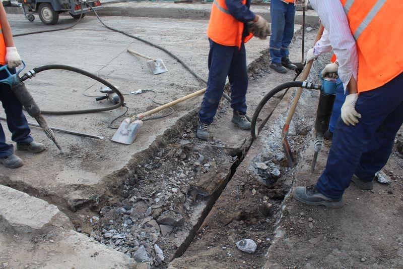 Рабочие приступили к ремонту деформационных швов.