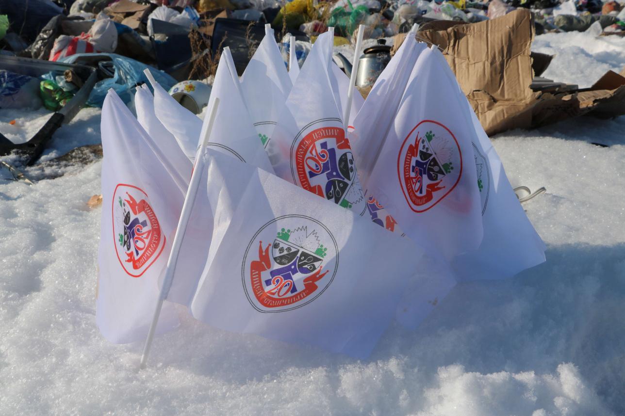На стихийных свалках компании занимаются сортировкой - забирают ценный мусор