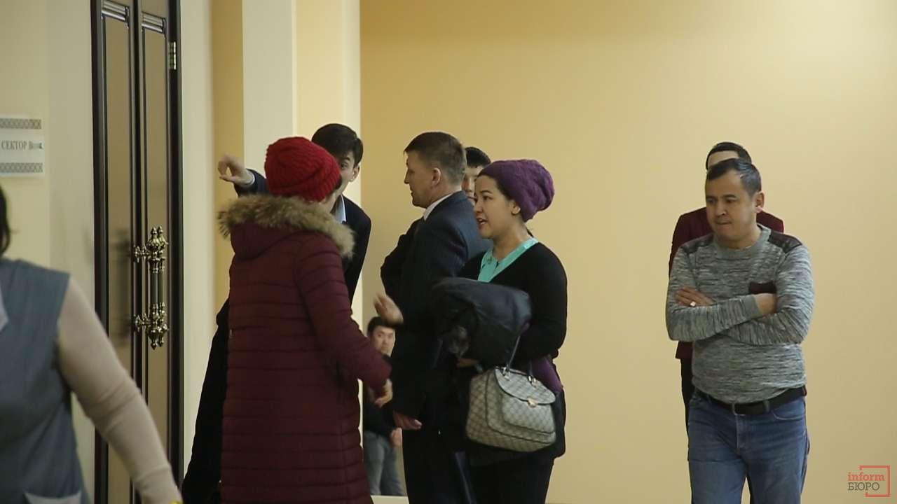В зале не всем нашлось место, некоторые остались стоять в коридоре