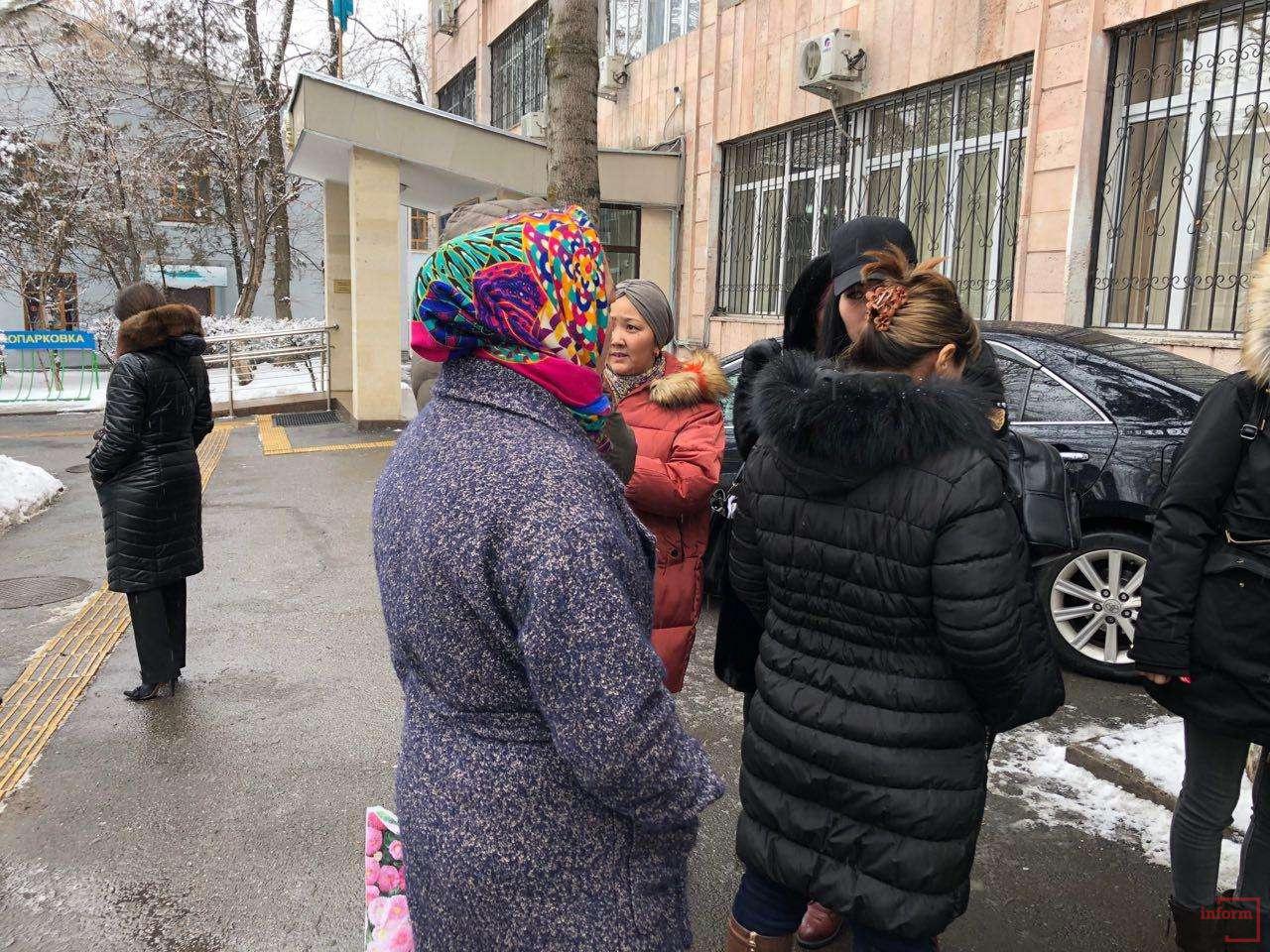 Женщины скрывают свои лица, чтобы избежать давления
