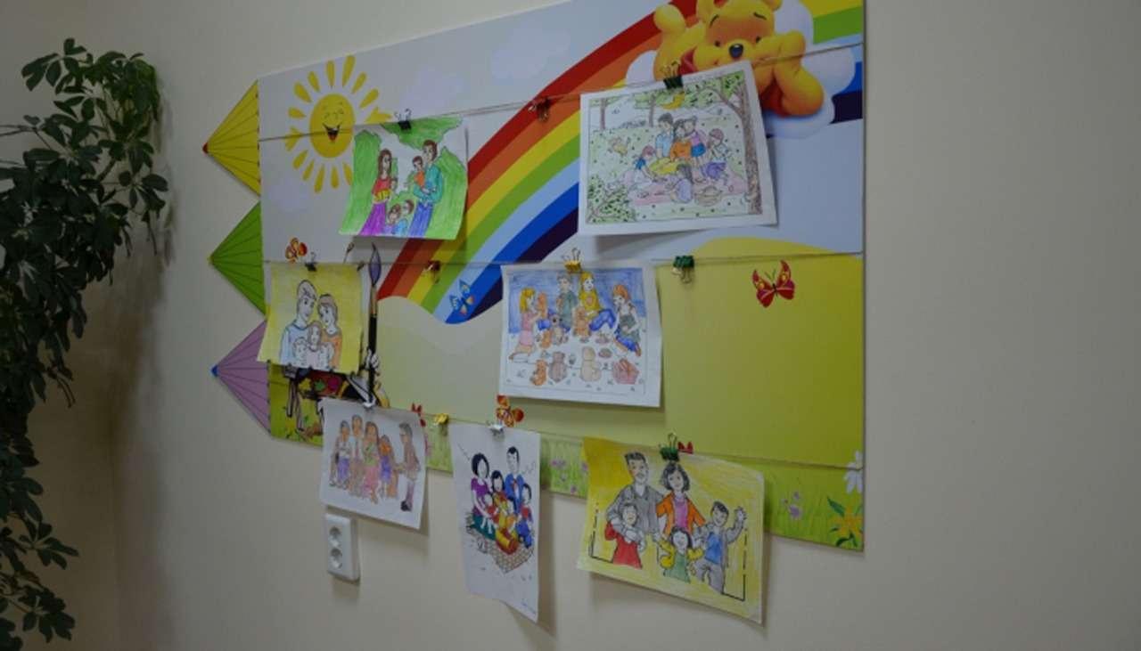 Стены судебного кабинета украсили детскими рисунками