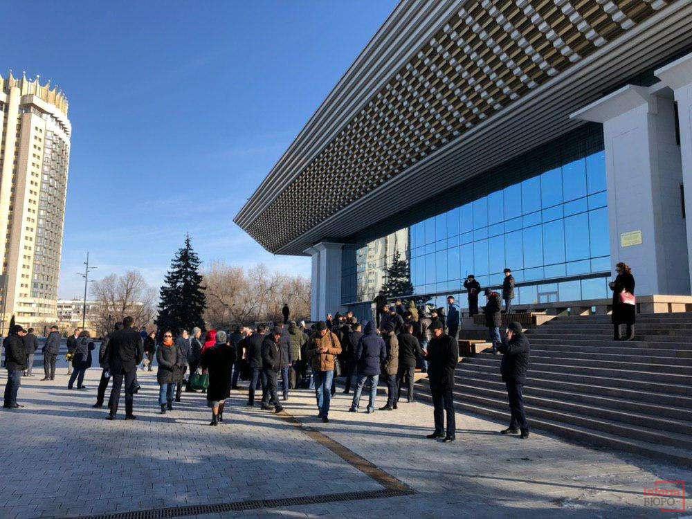 Желающие послушать отчёт акима Алматы