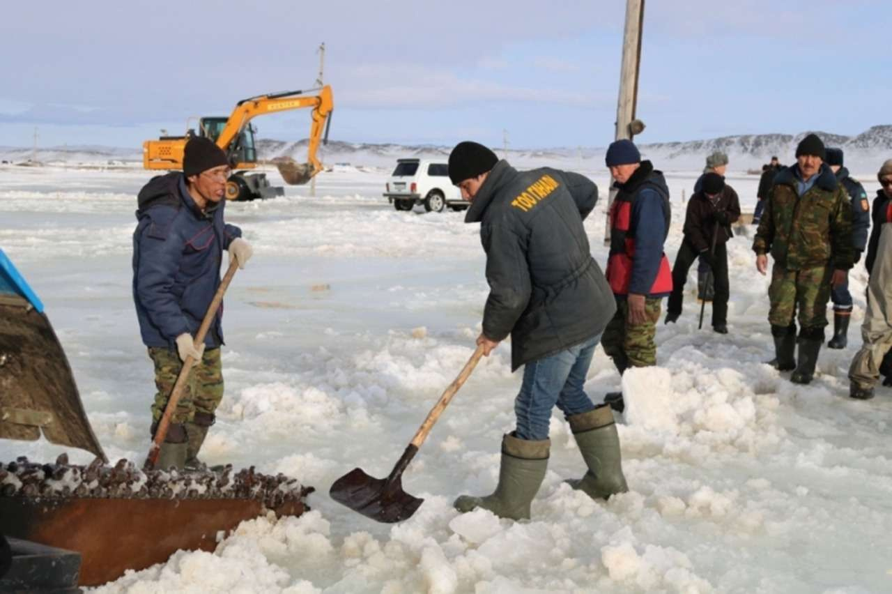 Спасатели очистили дорогу ото льда