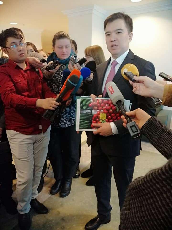 Руслан Даленов принёс в Правительство фотографии, сделанные на рынках
