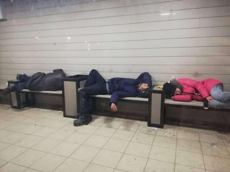В Усть-Каменогорске бездомные спят внутри тёплых остановок
