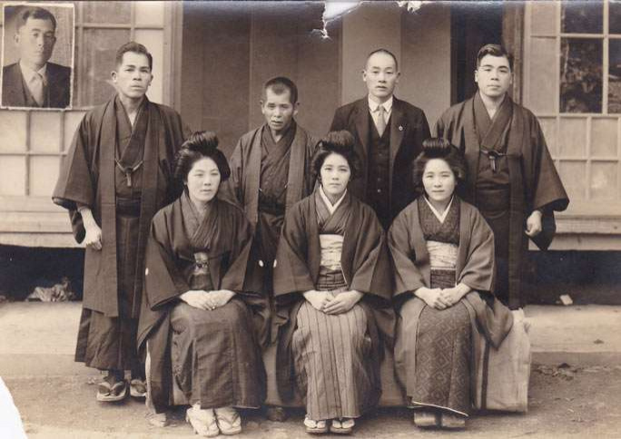 Канэ Танака (в центре) с братьями и сёстрами