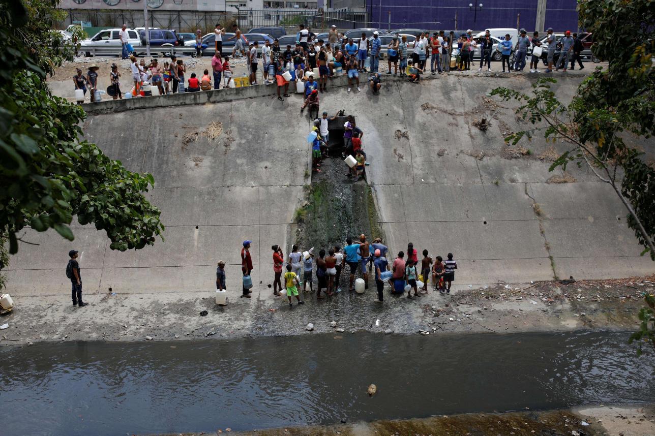Люди черпают воду из водоёмов из-за перебоев с питьевой водой в Венесуэле
