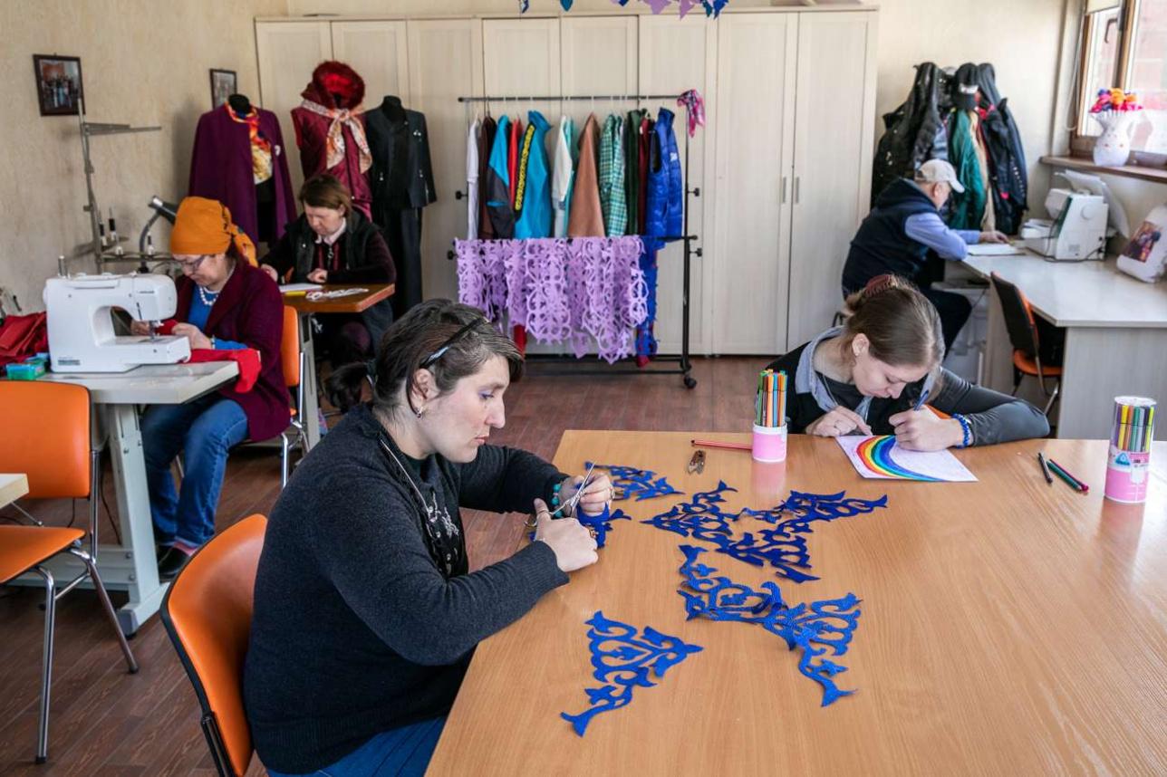 Жильцы работают в швейном цехе