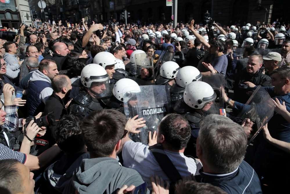 Демонстранты прорвали оцепление у президентского дворца