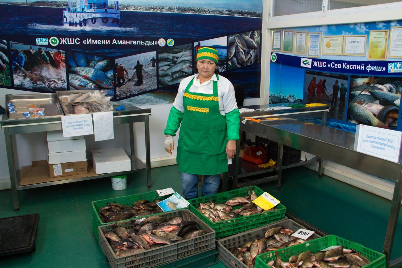 """Лаура Шапауова, продавец рыбы на рынке Сарайшык"""""""