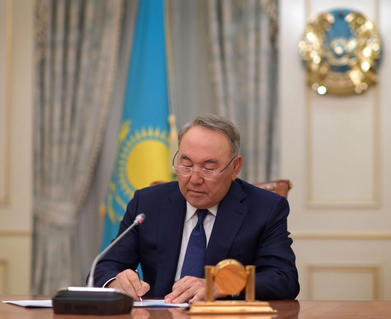Нурсултан Назарбаев подписывает свой последний президентский указ