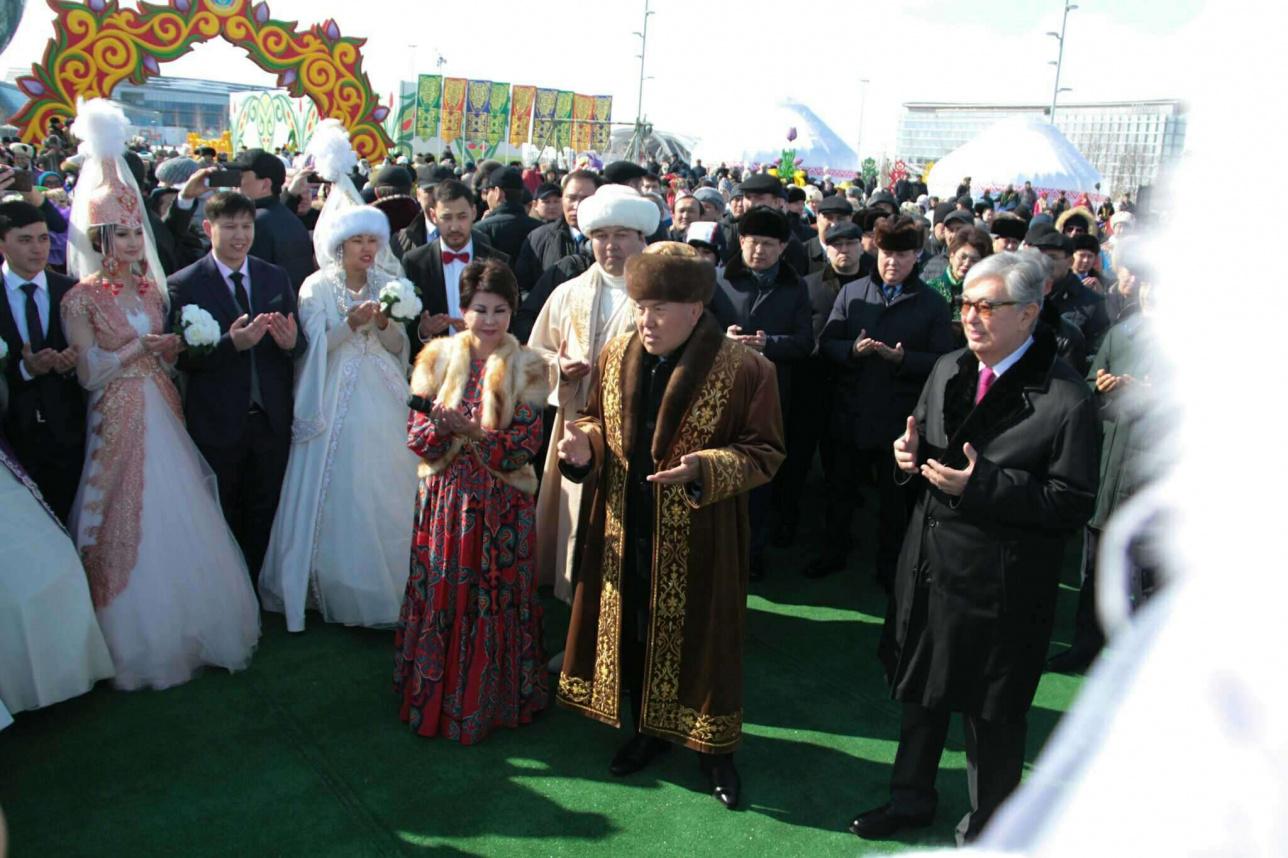 Елбасы Нурсултан Назарбаев даёт бата молодожёнам