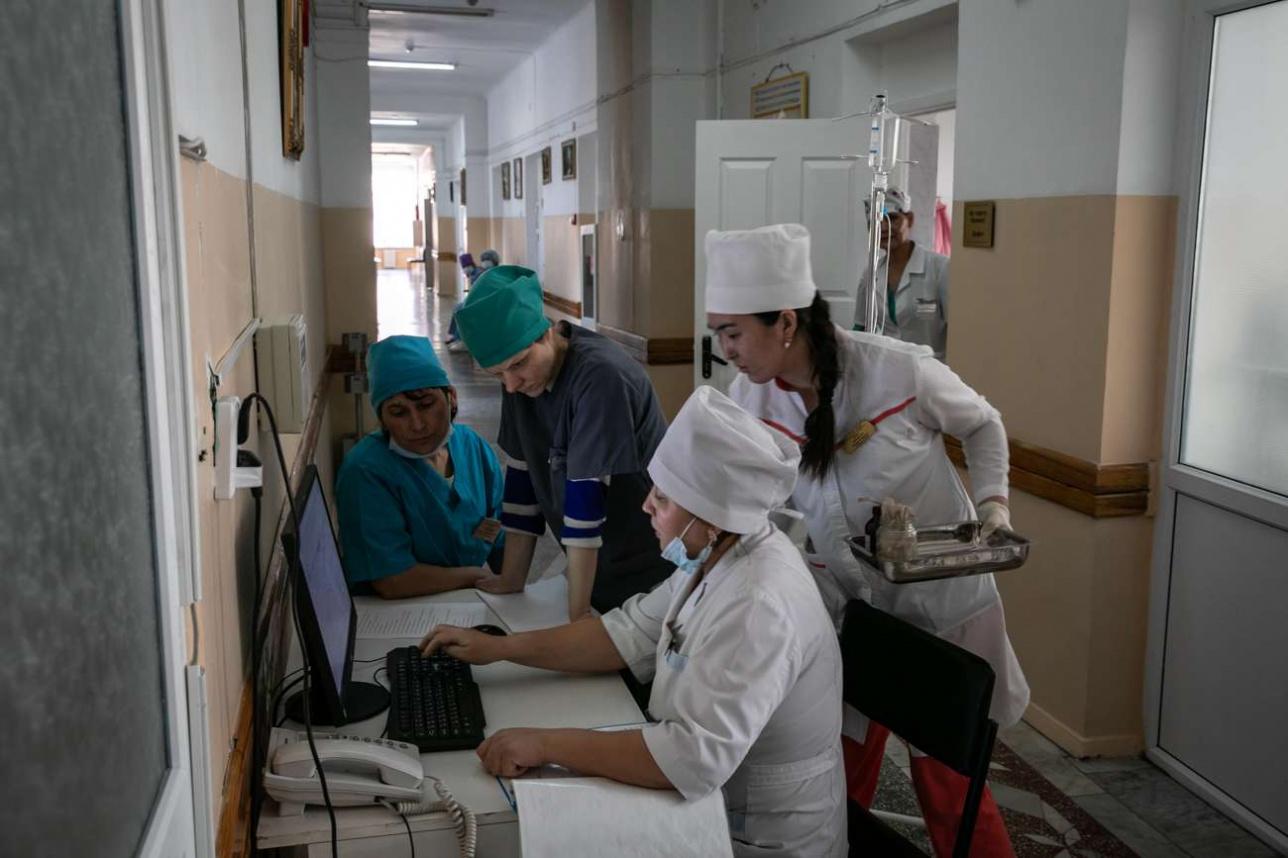Работники хосписа сверяют дозировку лекарств для пациентов