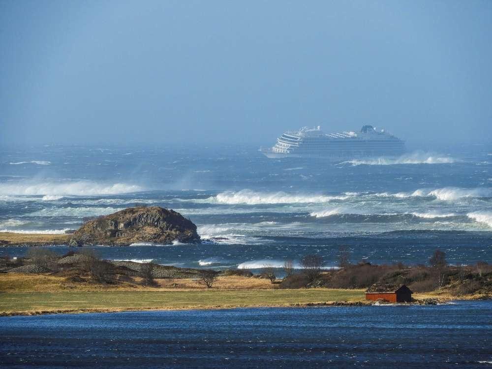 23 марта у побережья Норвегии лайнер сообщил сигнал о бедствии