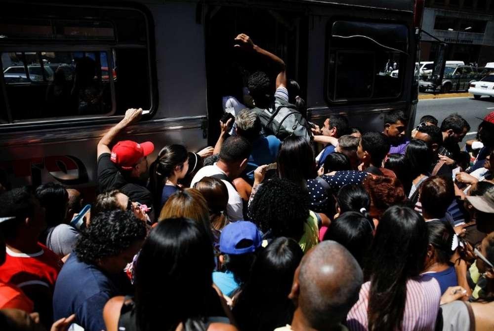 Из-за остановки работы метро на автобусных остановках Каракаса собрались толпы людей