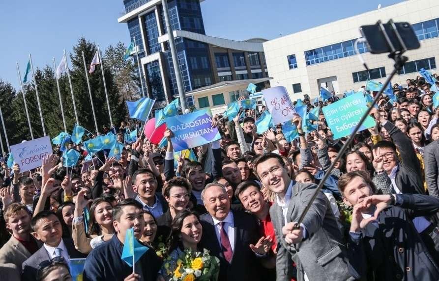 Нурсултан Назарбаев сфотографировался с молодыми людьми