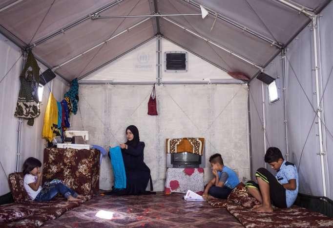 Семья беженцев в доме от ИКЕА