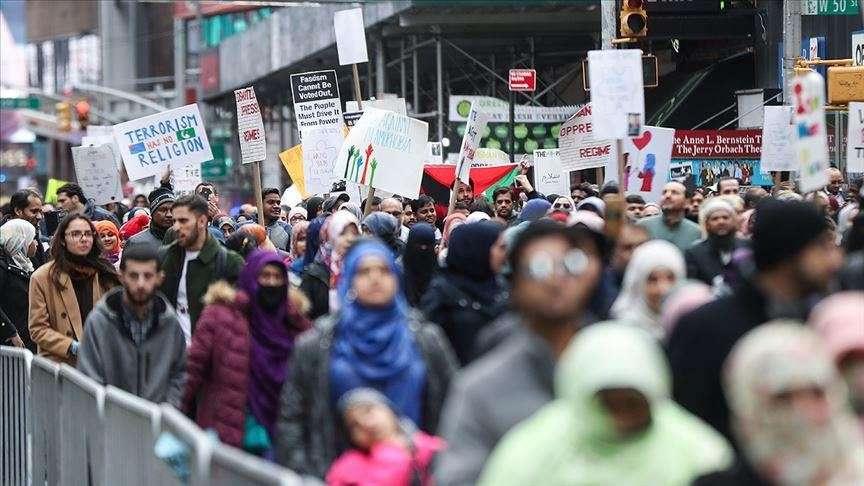 Сотни людей вышли на главную площадь города
