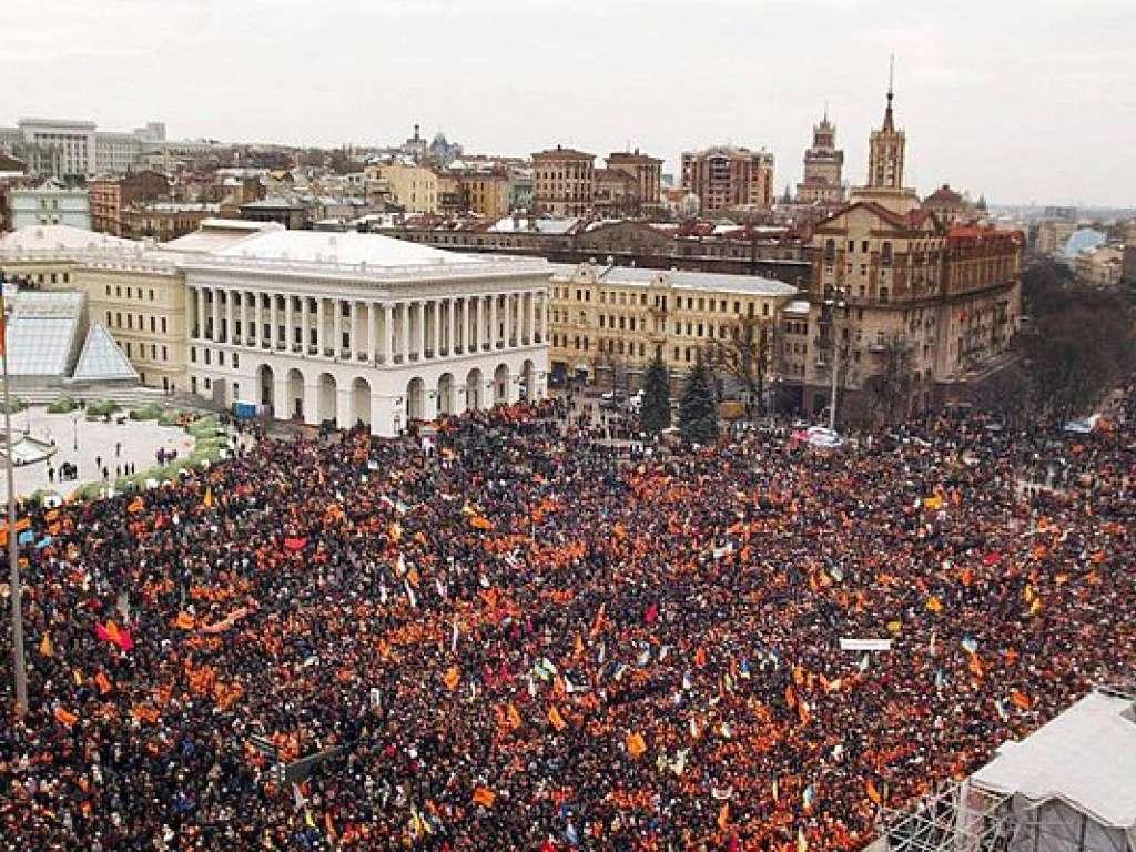 Оранжевая революция на Майдане Независимости в Киеве. Ноябрь 2004 года.