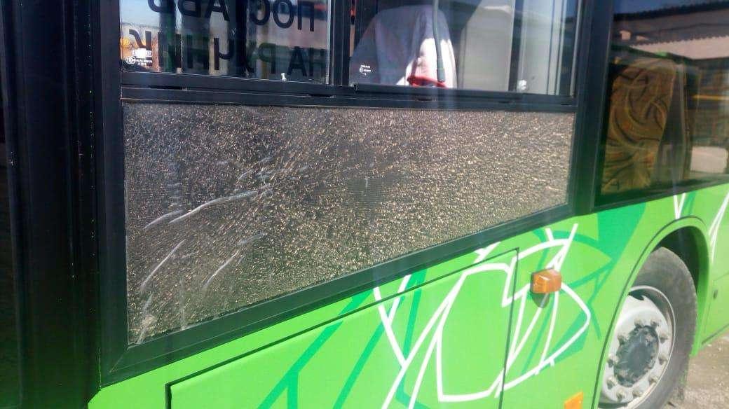 Неизвестные стреляли в стёкла автобусов в Алматы