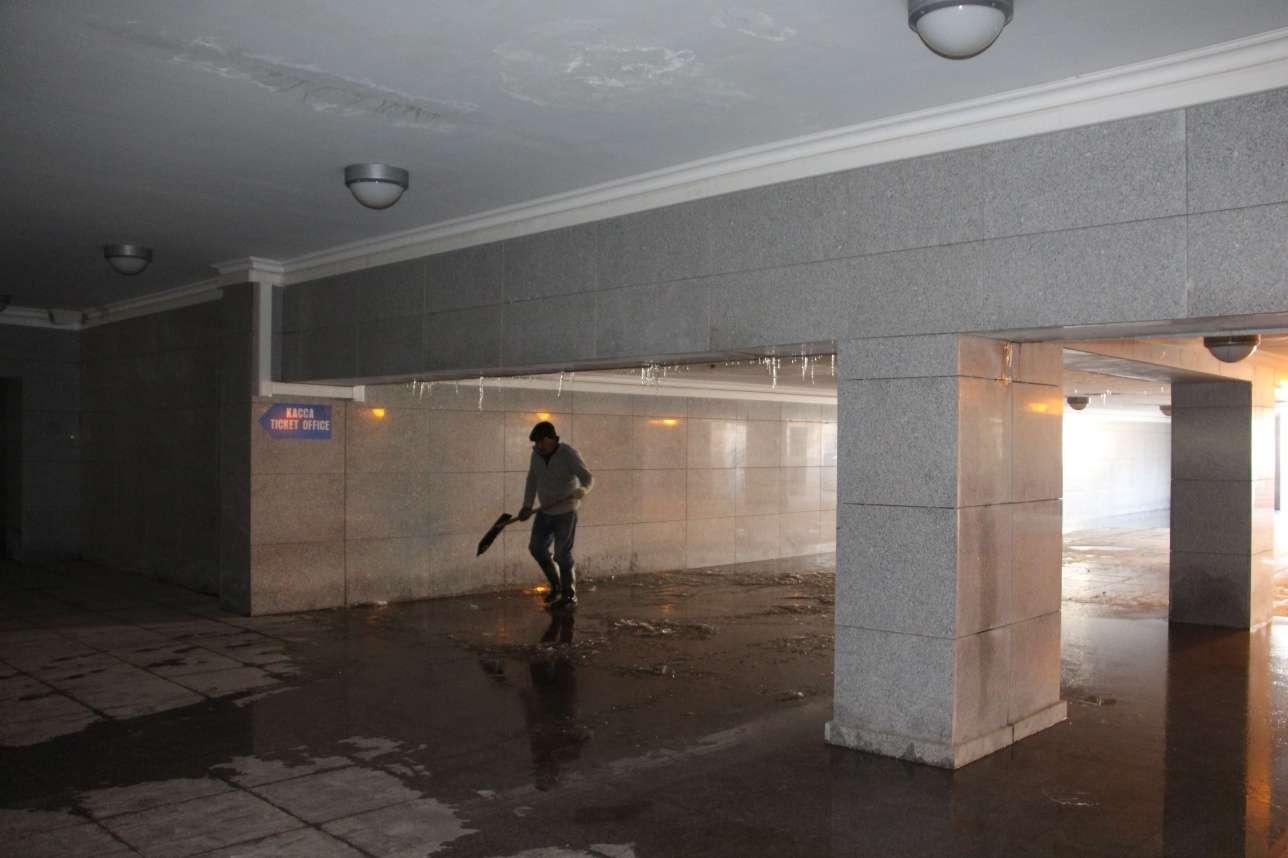 Подземный переход под триумфальной аркой заливает вода