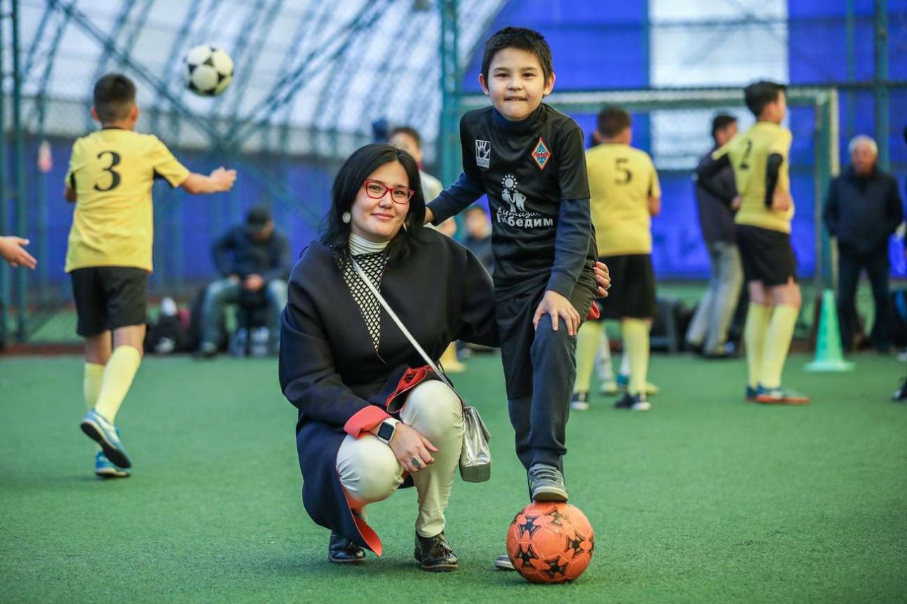 Санжар Кадырбеков с мамой перед игрой