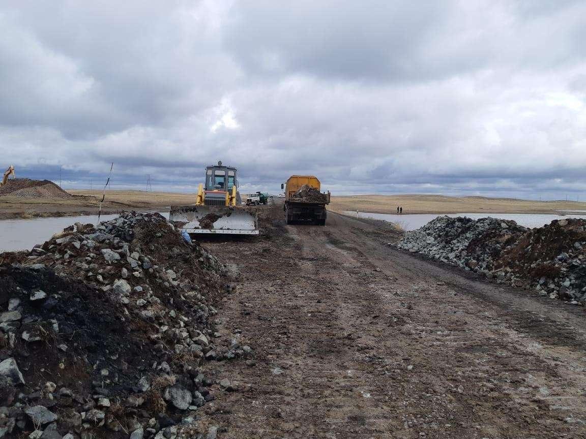 Работы по восстановлению дороги в Павлодарской области