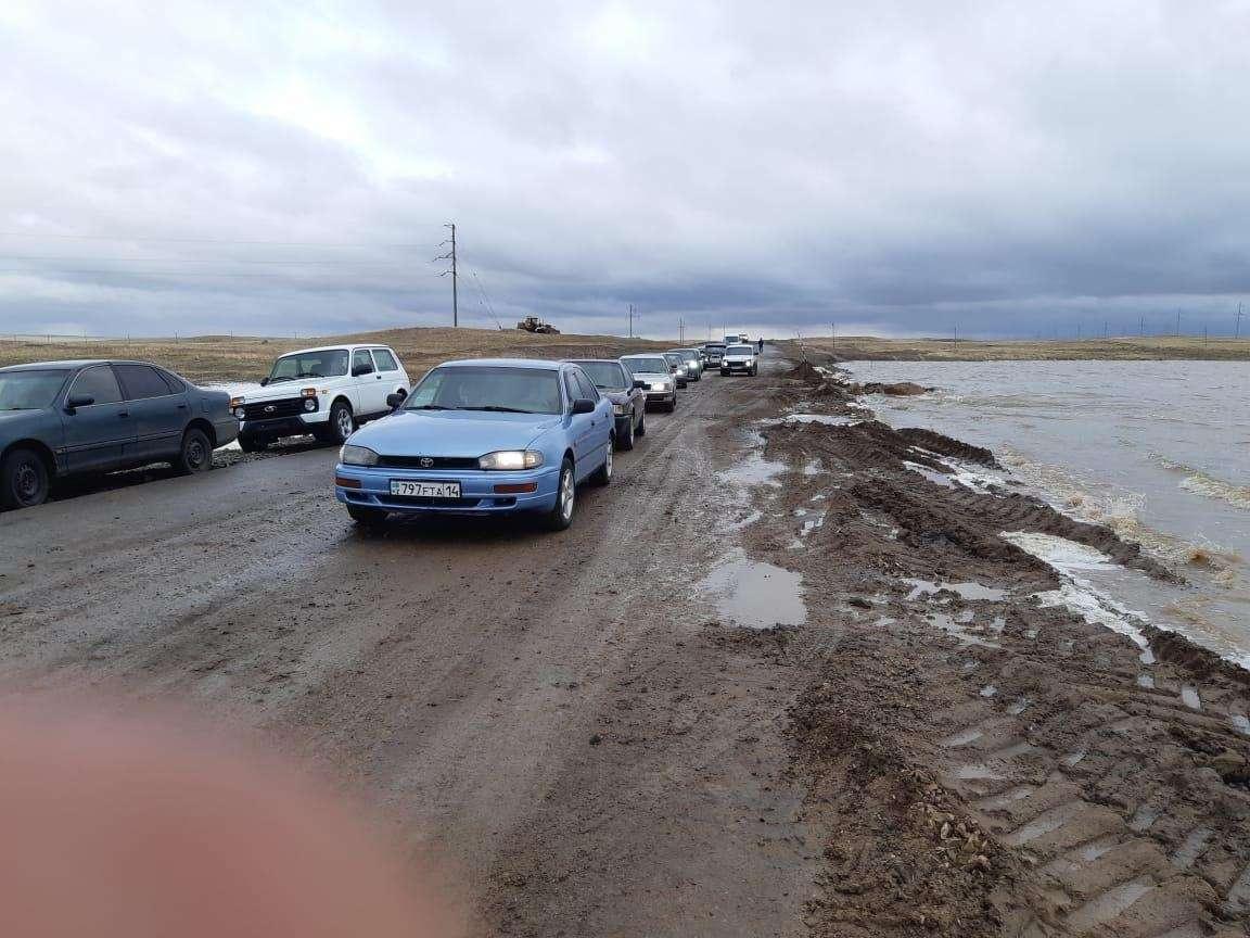 Сотрудники дорожных служб восстановили автомобильное движение