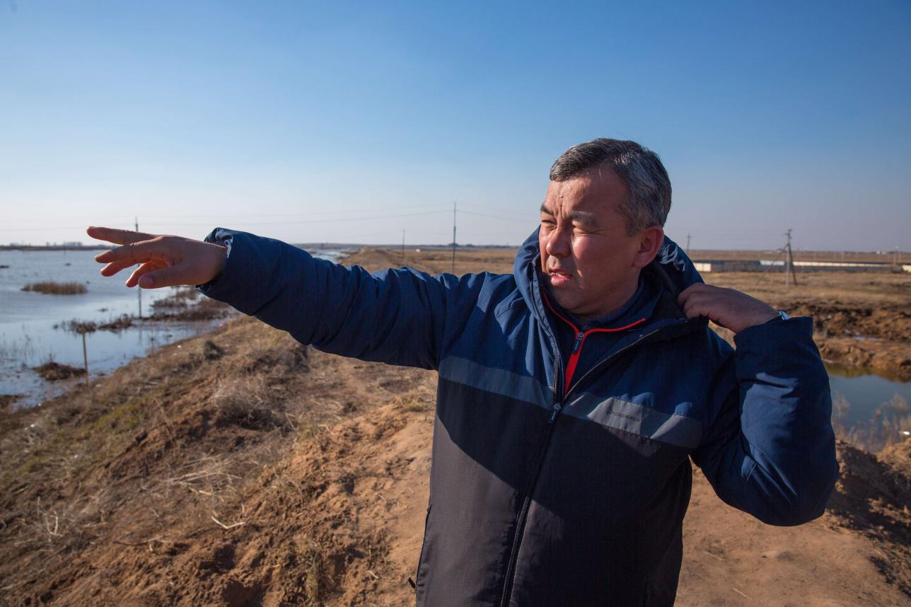 Заместитель акима Косшы Парасат Досмаганбетов на месте подтопления