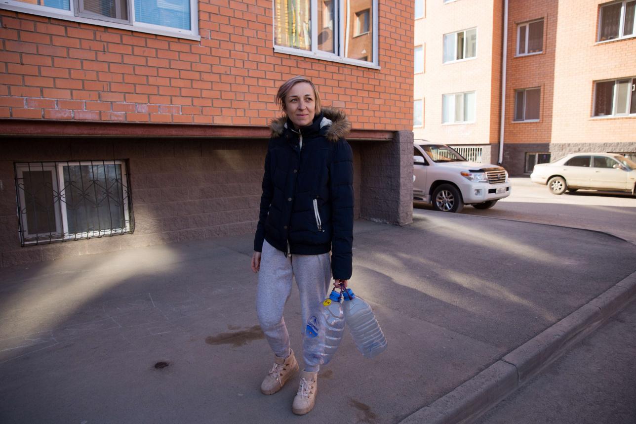 Елена Русакова идёт за водой