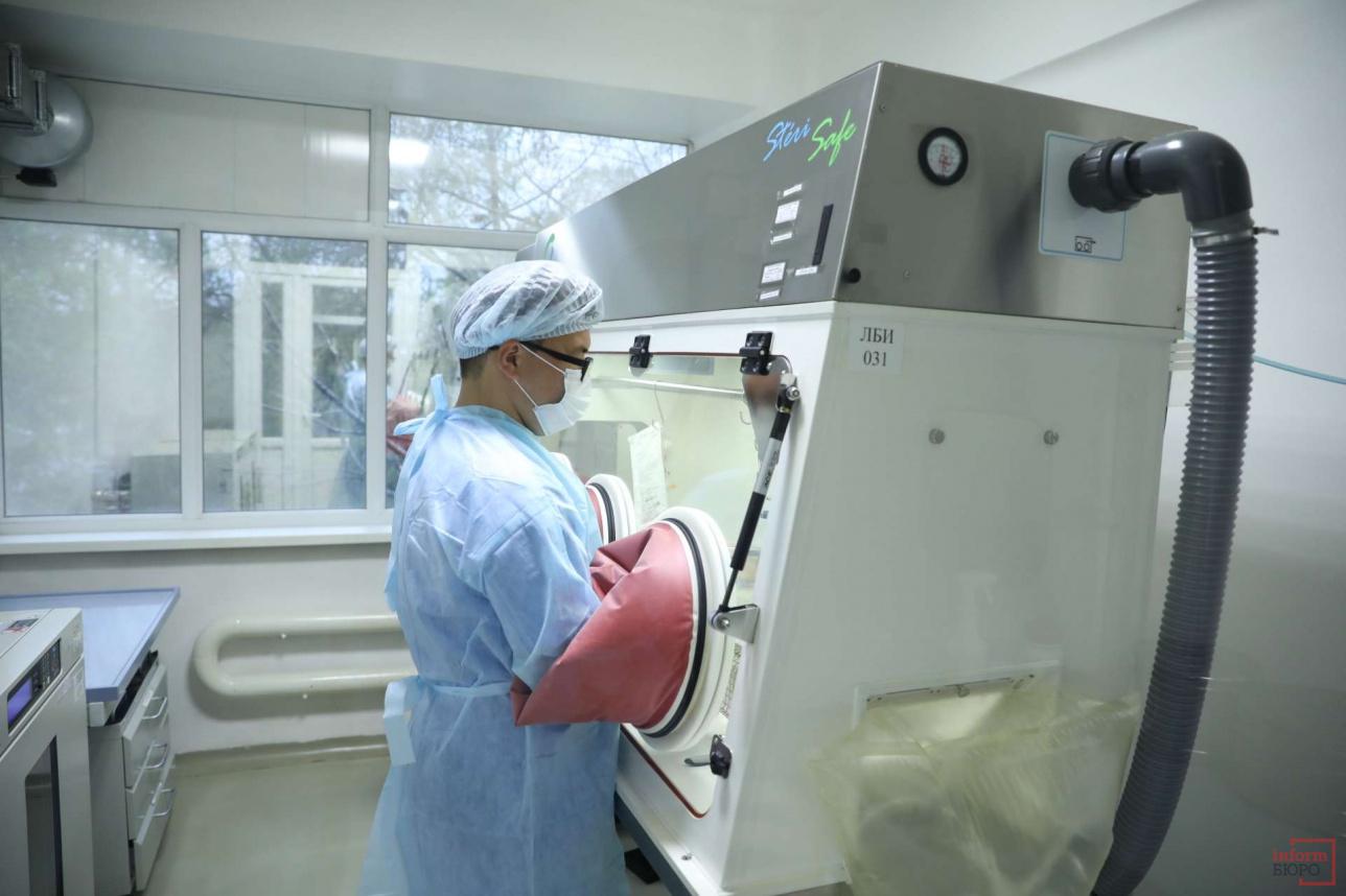 Пробы вакцин привозят с таможни в Алматы и проводят анализ