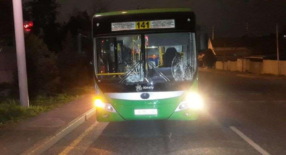 Автобус сбил пешеходов в Алматы