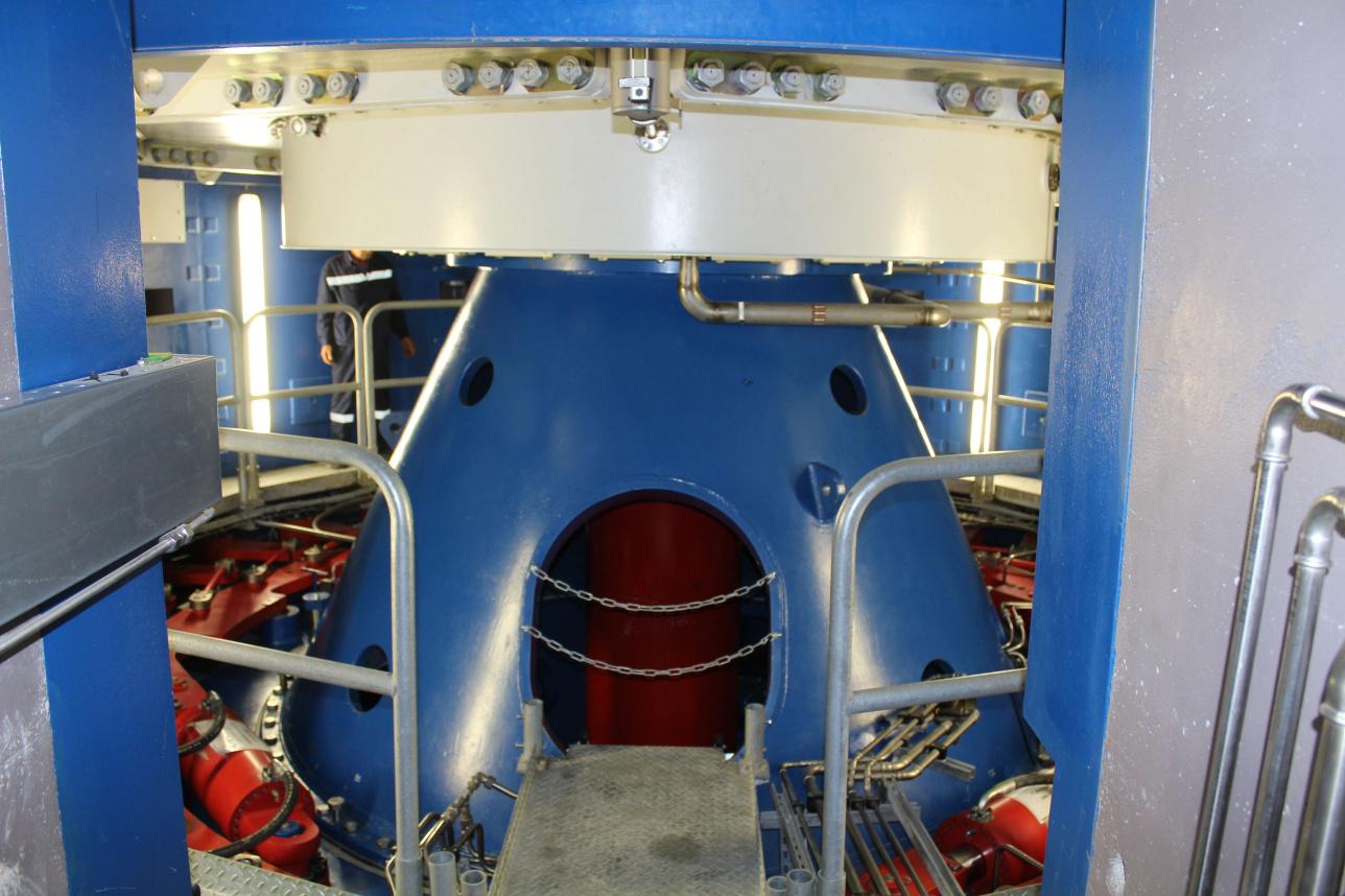Подземная часть гидроагрегата. Здесь происходит выработка электроэнергии.