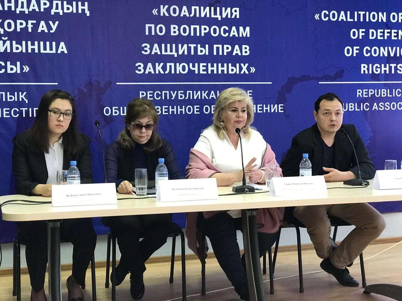 Родственницы осужденного - слева; правозащитники - справа