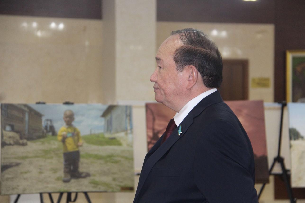 Партия төрағасы, сенатор Әли Бектаев қонақтарды күтіп тұр