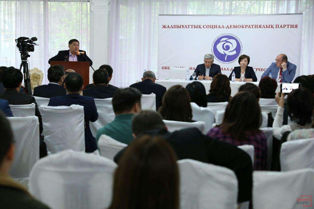 Ермурат Бапи выступает перед делегатами съезда
