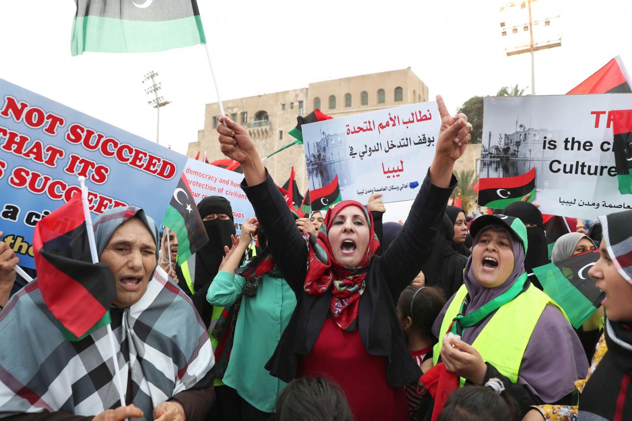 Ливийские женщины требуют прекратить наступление Халифы Хафтара на Триполи на площади Мучеников в центре столицы