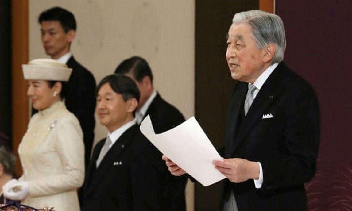 Император Акихито на церемонии отречения