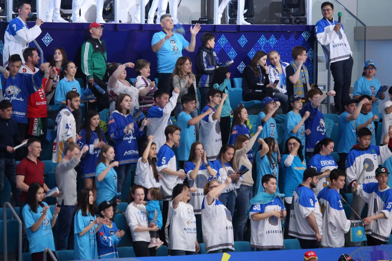 Фанаты казахстанской сборной били в барабан и требовали побед