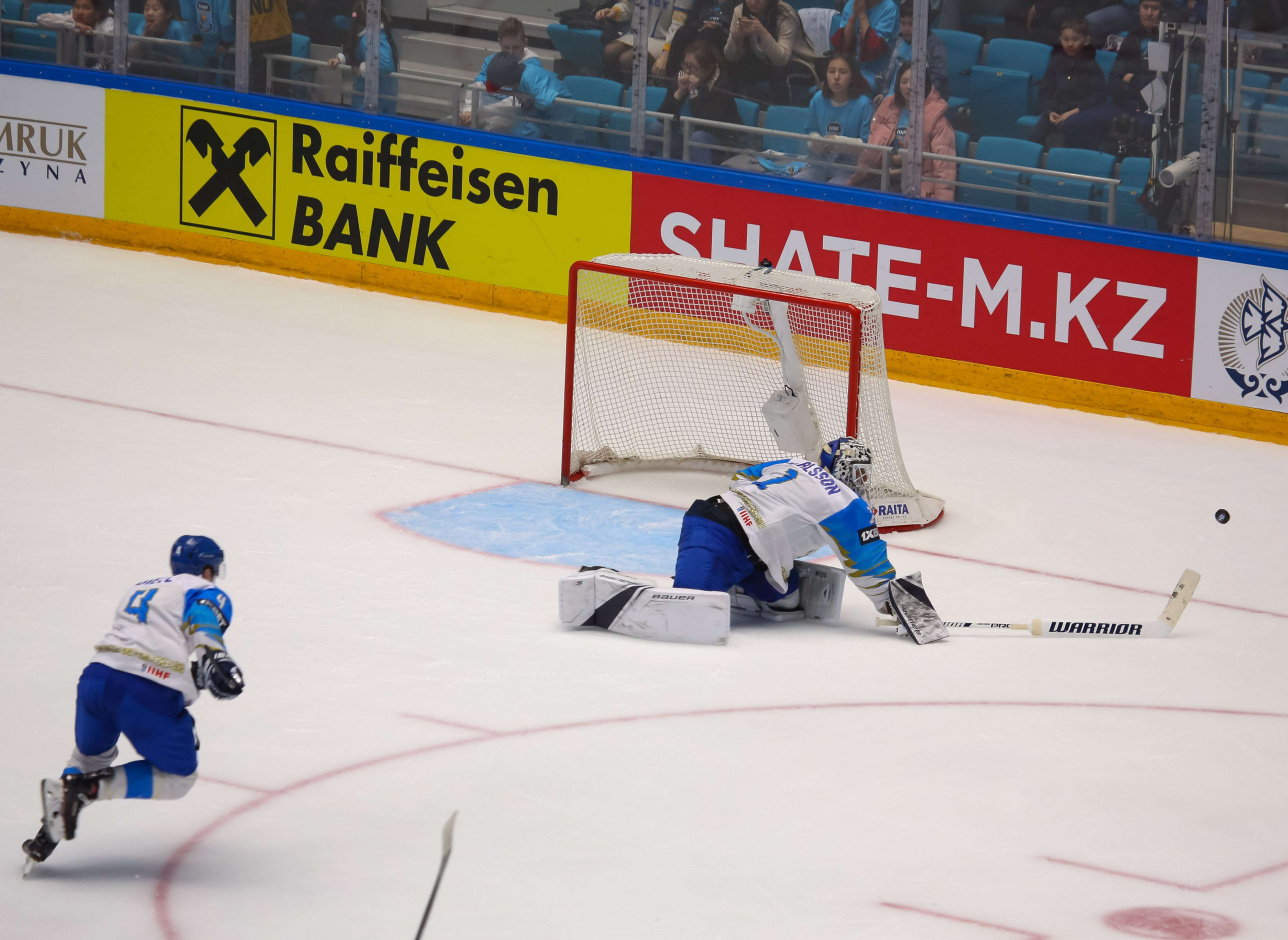 Игроки сборной Казахстана Даррен Диц и Хенрик Карлссон