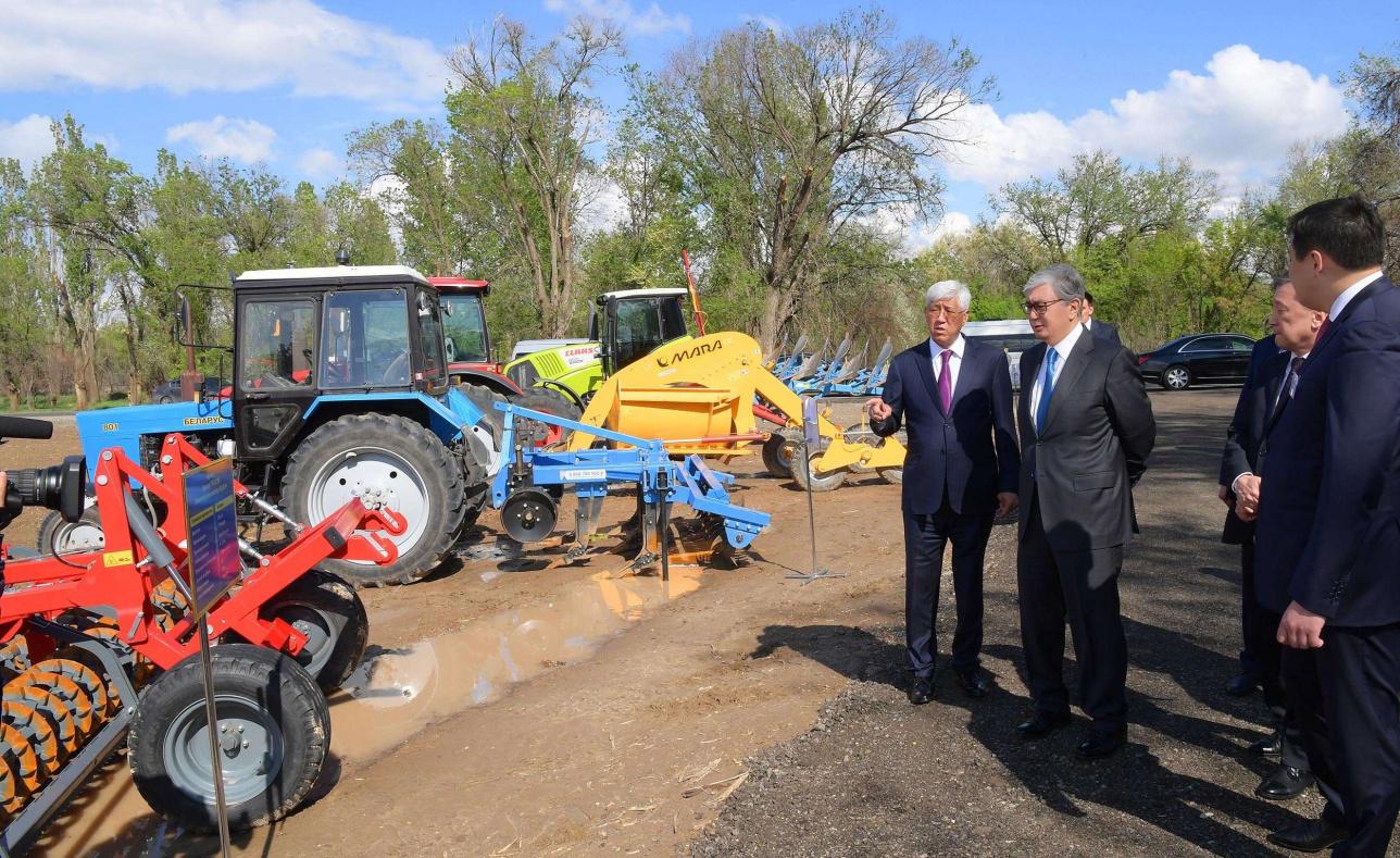 Главе государства показали образцы сельскохозяйственной техники