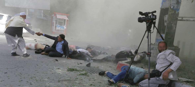 Группа репортеров оказалась в эпицентре теракта в Кабуле. Апрель 2018 года