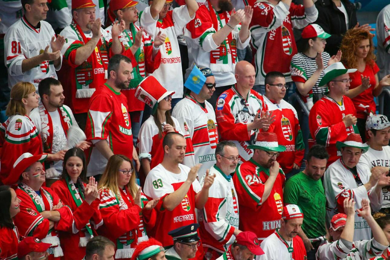 Болельщики сборной Венгрии на матче против сборной Казахстана