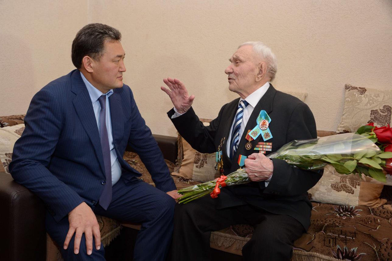 Булат Бакауов в гостях у ветерана Топтуна