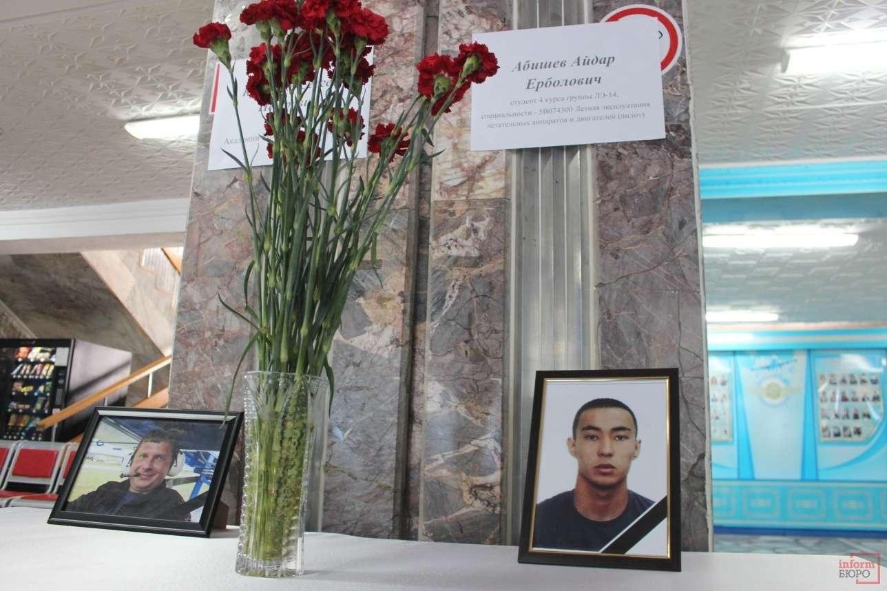 Фотографии погибших в холле Академии гражданской авиации