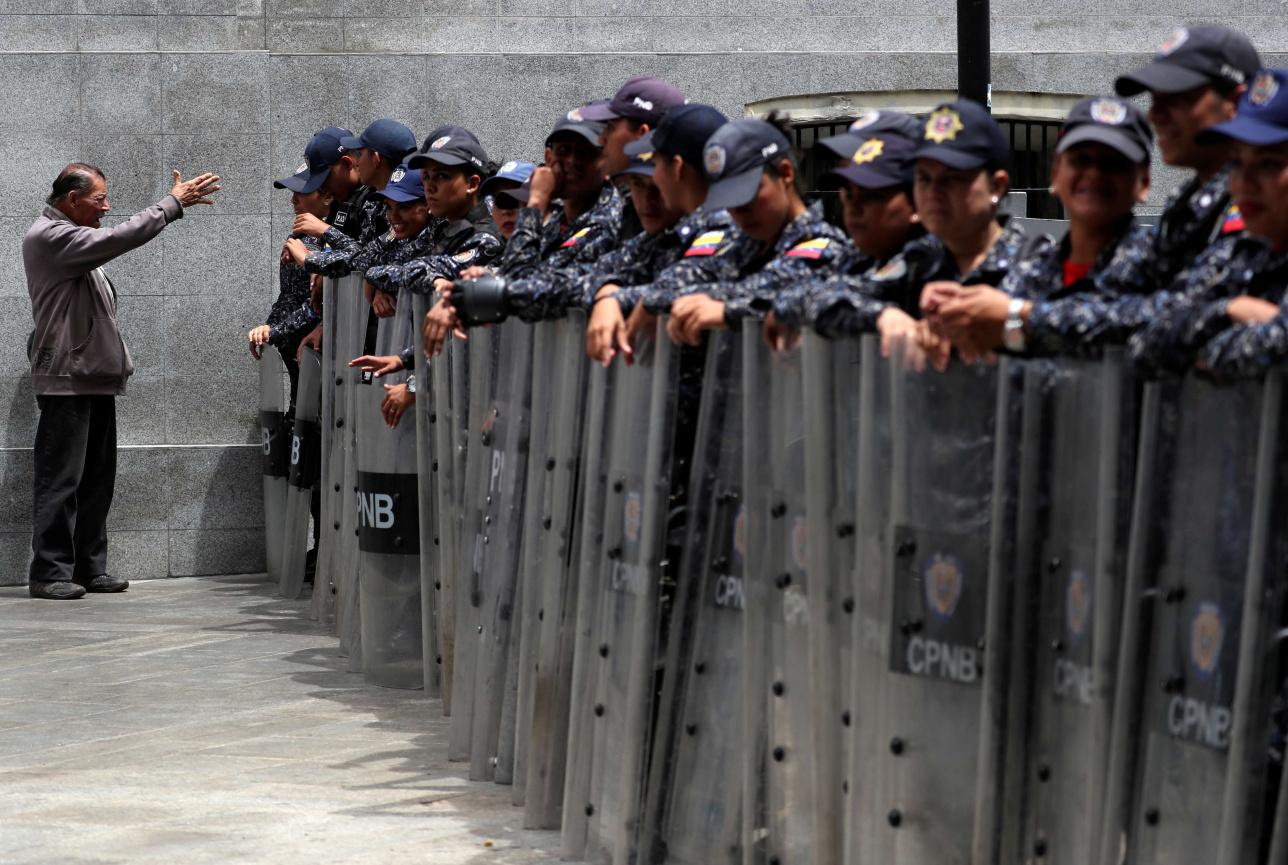 Силовики заблокировали здание парламента