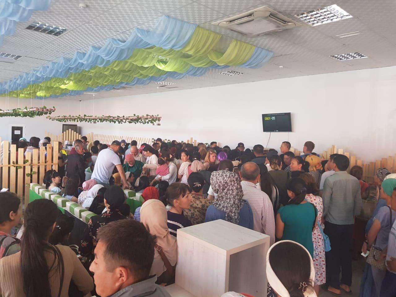 Основная масса посетителей сдаёт документы на получение АСП