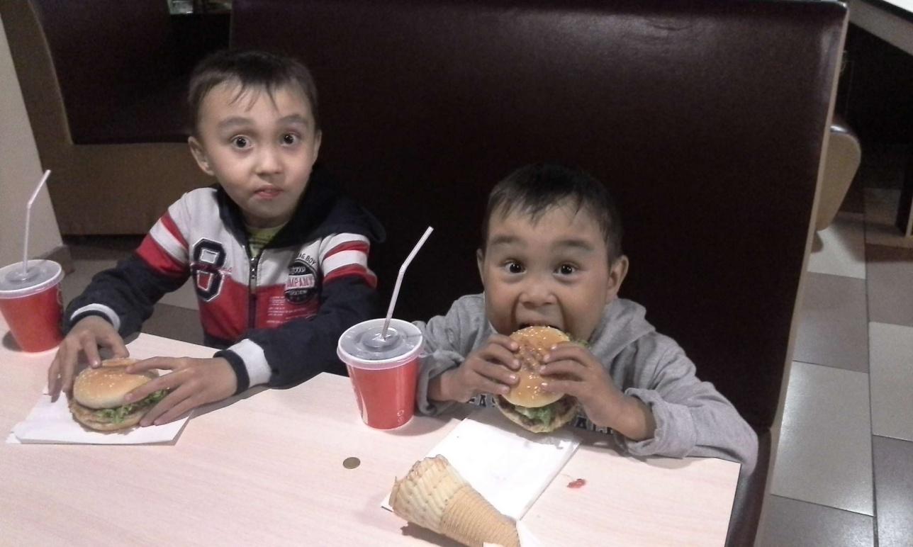Адильхан (справа) со старшим братом Санжаром